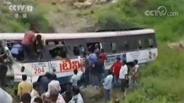 超载惹祸端!一客运巴士坠入山崖 至少55人死亡