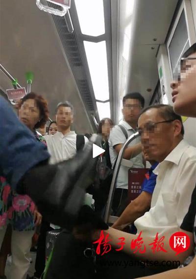 男子让座给老人后猛踹未给自己让座的年轻男孩,围观乘客:让座是体面 不让是本分
