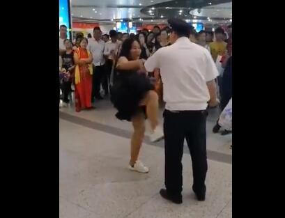 女子坐地铁用老年卡被抓 大吼大叫猛踹安全员