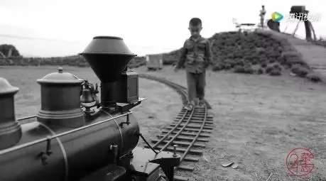 杭州男子花300万造火车!1公斤煤跑2公里,可坐20人