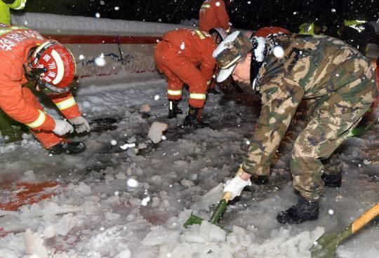 折多山大雪致近千辆车滞留 40厘米深积雪里挖出撤离通道