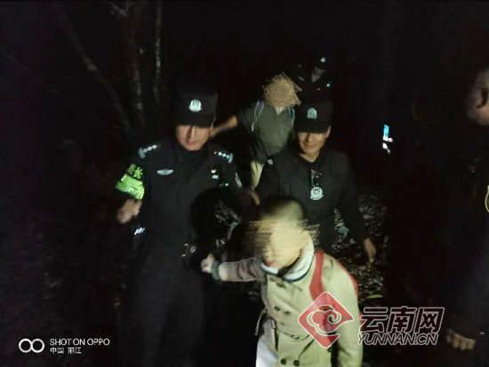 游客带孩子私爬玉龙雪山被困 警方4小时艰难营救