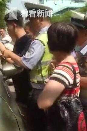 女子将小孩塞车内被疑