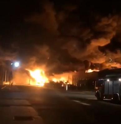 天津一工业园疑发生爆炸 现场浓烟滚滚火焰达数米