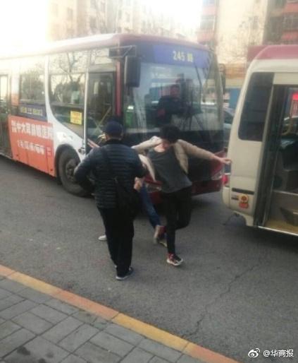 少年公交上大声指认小偷被拉下车狂殴 涉案4人获刑