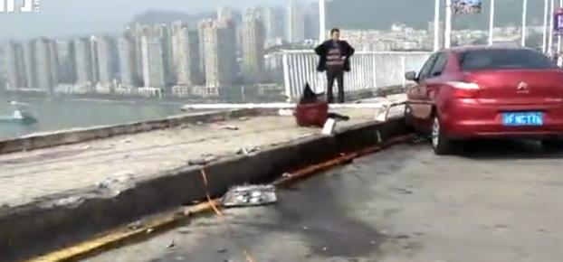 """媒体:重庆公交车坠江事故 围攻""""女司机""""跑偏了"""