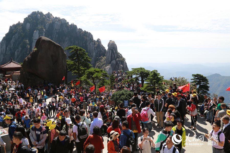 黄山涌入3万游客景区停止售票 网友:入口挤到想哭
