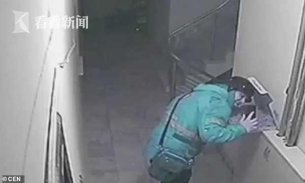 土耳其外卖小哥朝披萨吐痰被拍 最高面临18年监禁