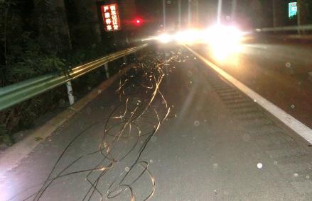河南高速2吨多铁丝坠落拉扯1公里火星 车主:害怕