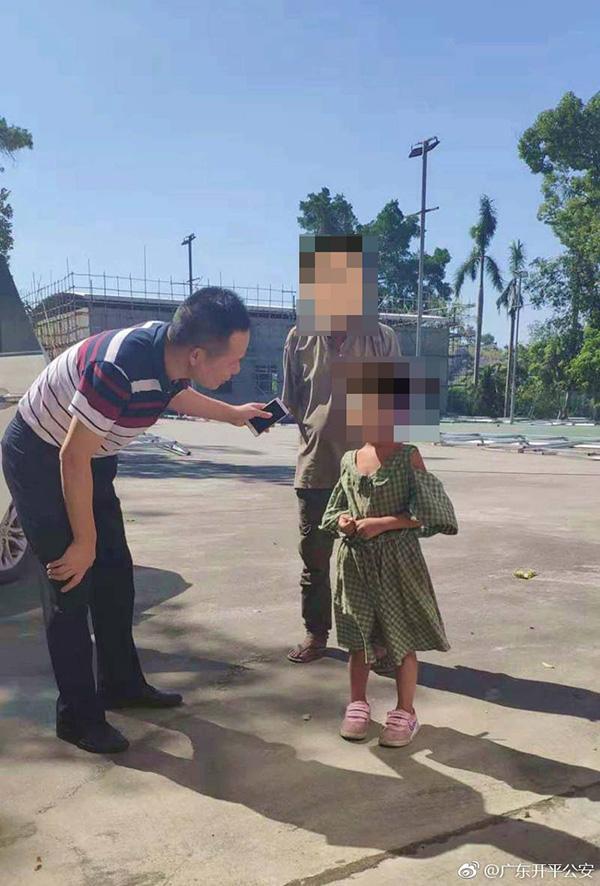 开平女子当街殴打女童事件追踪:女童七岁,无户口未入学