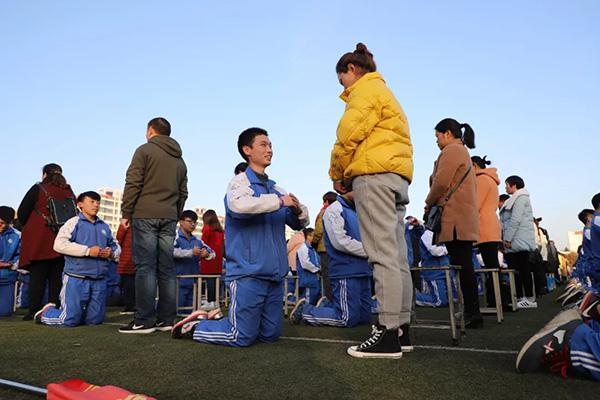 中学让2千学生跪拜父母引质疑 校方:语气不够委婉