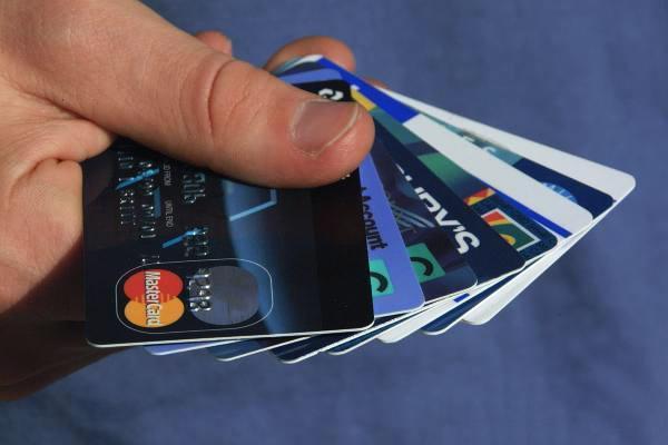 信用卡还款日, 在缺钱的情况下, 选择最低还款还是分期还款好?