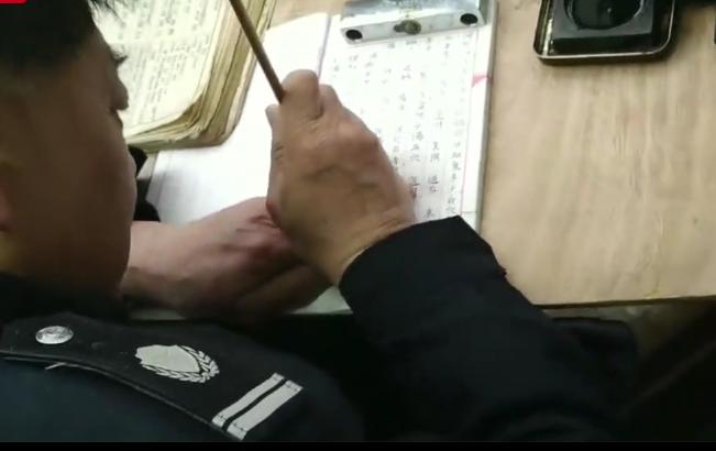 门卫大爷练书法40年走红网络 准备抄医书传承文化