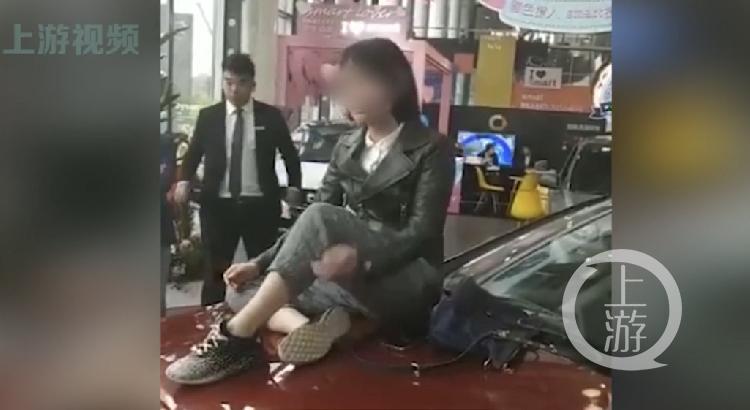 奔驰女车主被维权 商户:看到视频才发现她已买豪车