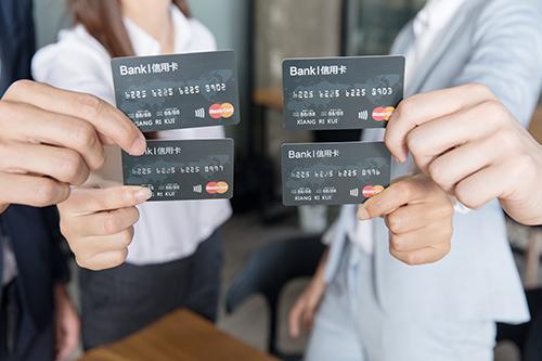 经常刷爆卡怎么办?不怕,这些银行的信用卡可以超限使用