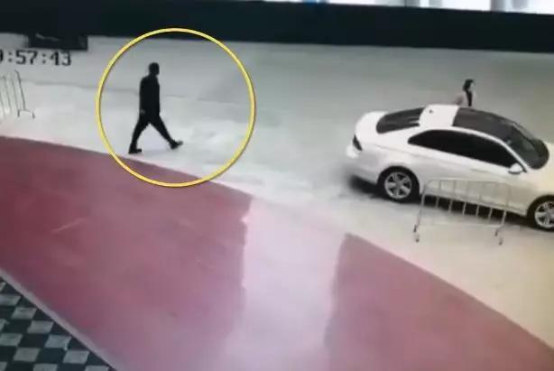 男子欠网贷20万后,尾随女司机上车抢劫,强逼其转账3万五