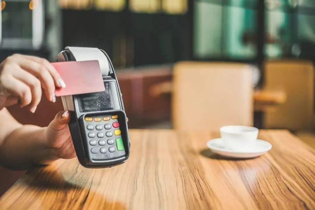 同样是没钱还信用卡,为什么很多人宁愿套现也不分期呢?