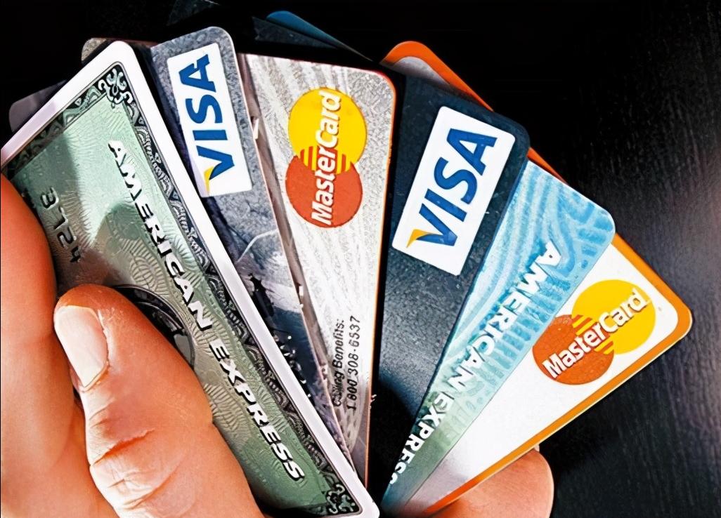 为何银行工作人员极力邀请你办信用卡?不仅免信用卡年费还送礼?