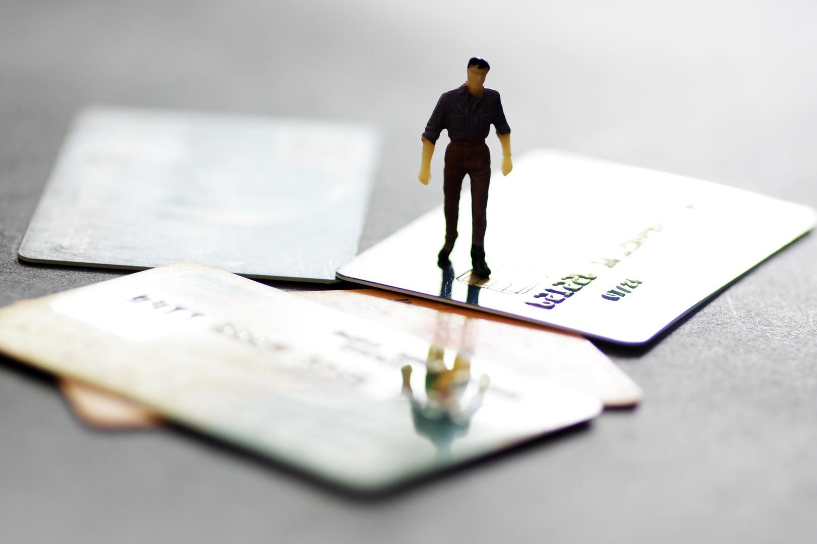 前夫离婚后以夫妻名义办信用卡逾期60余万 法院判夫妻共同偿还,检察机关已介入